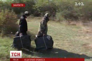 На Закарпатті контрабандисти-школярі переносять через кордон ящики цигарок