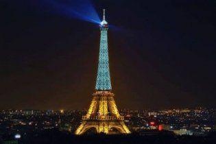В соцсетях массово распространяют фейковое фото желто-синей Эйфелевой башни