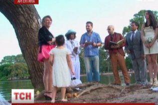 Аргентинец женился на дереве и устроил пышную свадьбу