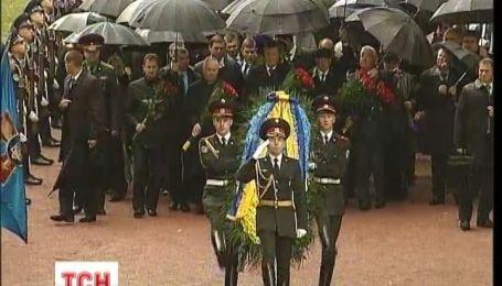 Перші особи держави вшанували пам'ять загиблих у Бабиному Яру