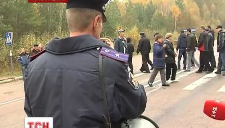 На Житомирщине работники горно-обогатительного комбината перекрыли дорогу на Беларусь
