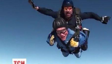 100-летний американец отметил свой юбилей прыжком с парашютом