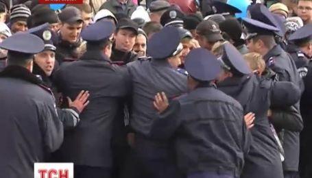 У Запоріжжі жителі міста через міліцейський кордон  пробивались до безкоштовного торту