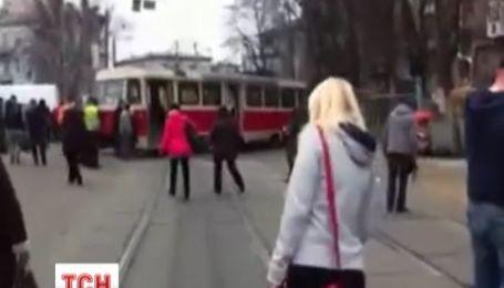 В Киеве трамвай слетел с рельсов и парализовал движение
