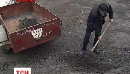 На Донетчине предприниматель начал засыпать ямы на дорогах