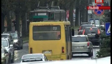 Контролери, які побили 15-річну пасажирку тролейбуса, досі працюють