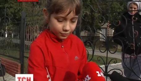 На Закарпатті вчителька вкусила дівчинку за руку