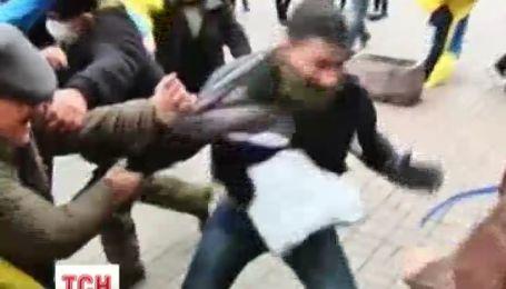 Митингующие задерживали провокаторов, устраивающих погромы