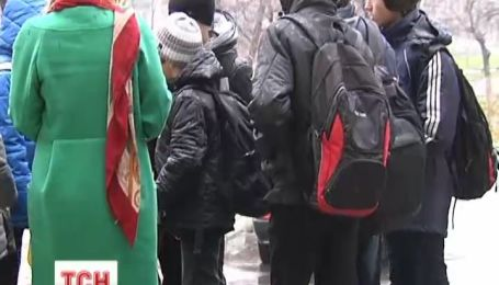 Психически больной мужчина поднял на ноги школу в Киеве
