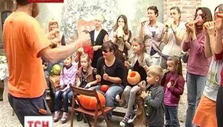 Украиной впервые гастролирует овощной оркестр