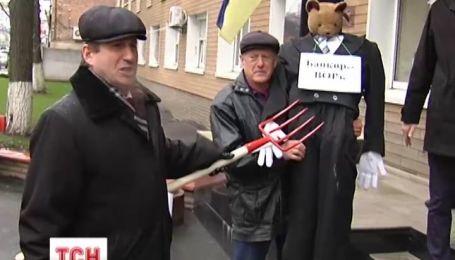 В Киеве под следственным управлением милиции банкира подняли на вилы