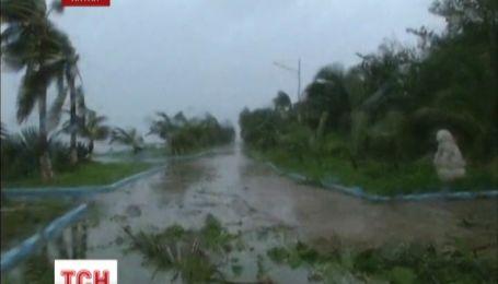 У Китаї через потужний тайфун скасували морське і залізничне сполучення