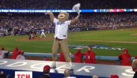 """Фаната бейсбольного клуба """"Доджерс"""" выгнали из стадиона за слишком активное поведение"""