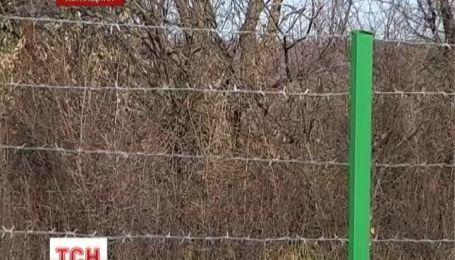 Російські прикордонники зводять паркан із колючого дроту вздовж України