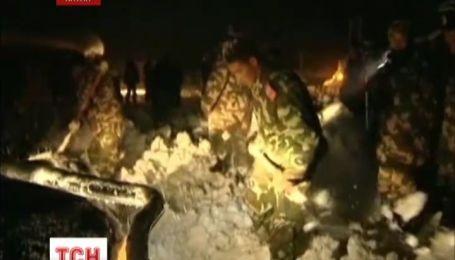 Через сильний снігопад китайські рятувальники евакуювали з Евересту 116 людей