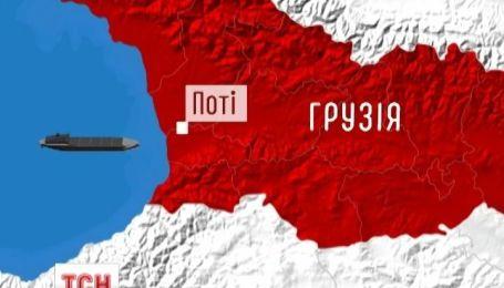 Шторм накрыл грузовое судно с украинцами на борту