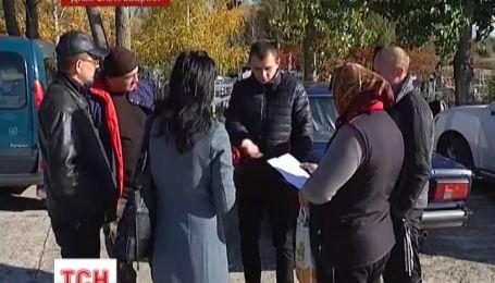 """В Новомосковске мужчины в """"спортивках"""" захватили кладбище"""