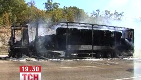 Фура з 20 тоннами паперу загорілася поблизу Севастополя
