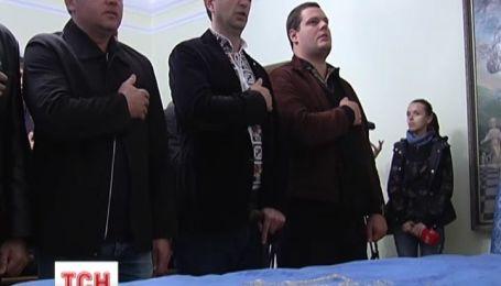 Украинские националисты отказались передавать в музей исторический флаг