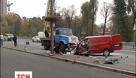 У Києві водій загинув, врізавшись у ліхтарний стовп