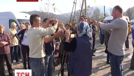 Сельчане снова перекрыли дорогу на границе с требованием ремонта