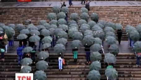 В Одесі молоді люди парасольками склали логотип Android