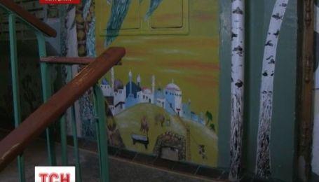 Житомирський стоматолог перетворив під'їзд власного будинку на арт-галерею