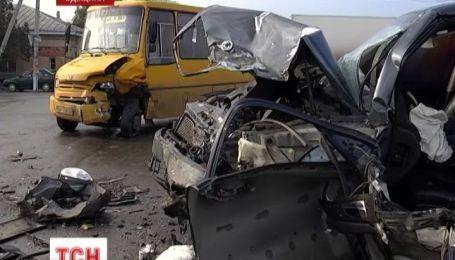 На Одещині позашляховик протаранив дві автівки і майже перекинув автобус