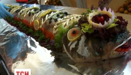 В Евпатории приготовили рекордную трехметровую фаршированную рыбу