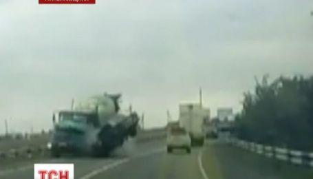На трасі Миколаїв-Херсон ВАЗ на швидкості врізався у зустрічний бетонозмішувач