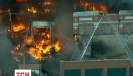 Мощный пожар в Детройте, горит старый завод, занимающий целый квартал