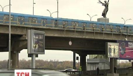 У столиці жінка впала з платформи метро просто на жваве шосе