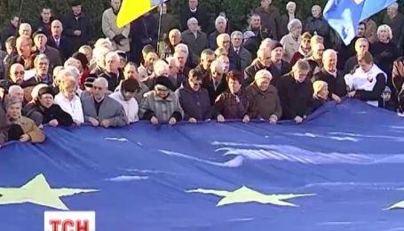 Величезний прапор Євросоюзу під звуки національного гімну розгорнули у Львові