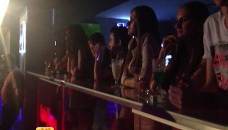 Українських підлітків у нічних клубах поять горілкою і розважають стриптизом