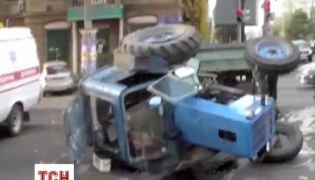 В центре Одессы не разминулась грузовик с трактором