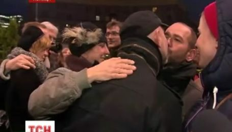Десятки поляков устроили в Варшаве поцелуйные флеш-моб