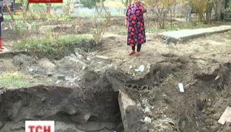 На огороде пенсионерки в Краснодоне на Луганщине образовалась яма глубиной 4 метра