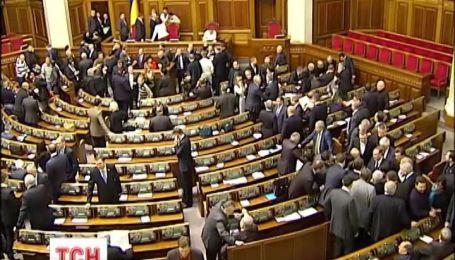 Опозиція пообіцяла утримувати блокаду трибуни аж до звільнення уряду Азарова