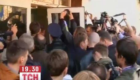 Народные депутаты силой прорвались в здание МВД Украины