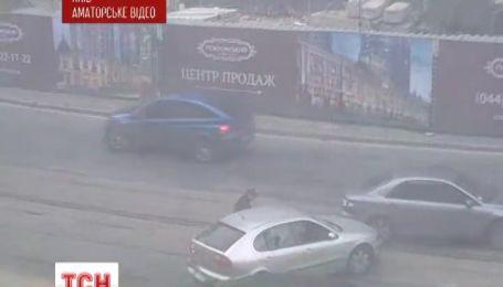 На Подоле неизвестные посреди улицы начали стрельбу