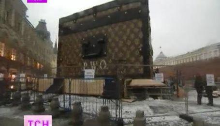 """Скандальный чемодан """"Луи Виттон"""" убирают с красной площади"""