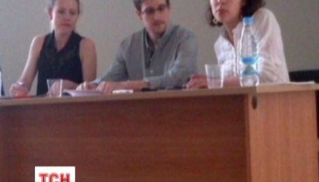Батько Едварда Сноудена прилетів до Москви побачитися із сином
