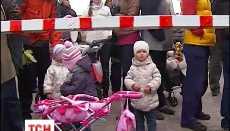 Около сотни киевлян вышли бороться против незаконной парковки