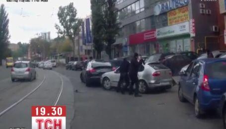 Неизвестные, которые устроили стрельбу на Подоле, запугивали водителя и крушили авто автоматами