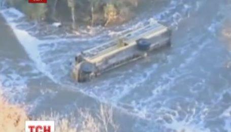 У США шкільний автобус впав з мосту у річку