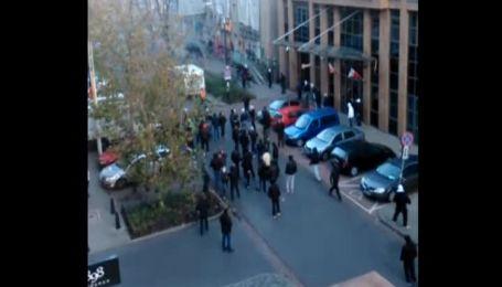 В Варшаве молодые в масках забросали российское посольство петардами