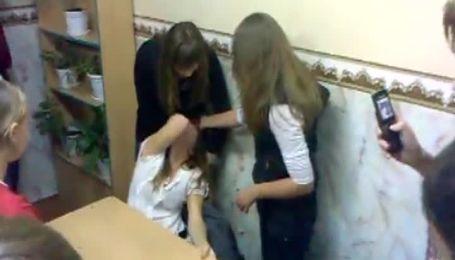 В сети появилось очередное видео избиения 13-летними девочками одноклассницы