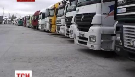 Более полусотни грузовиков застряли в порту Евпатории