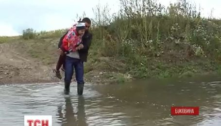 В буковинском селе Давыдовка дети, чтобы попасть в школу, вынуждены переходить местную реку вброд