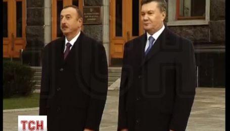 Капитан лихо надел фуражку на саблю перед Януковичем и Алиевым